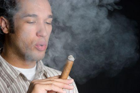 hombre fumando puro: Hombre fumar cigarro