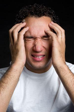 molesto: Hombre con dolor de cabeza
