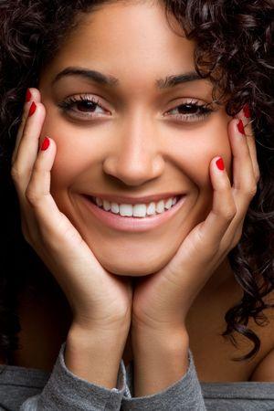 아름 다운 검은 여자 초상화를 웃 고