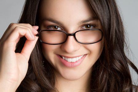 안경을 착용하는 아름 다운 십 대 소녀