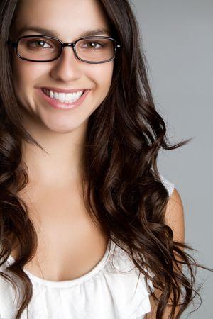 안경을 착용하는 아름 다운 미소 여자