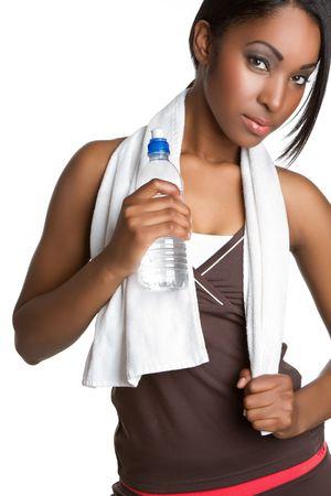 女性のフィットネスの水を飲む