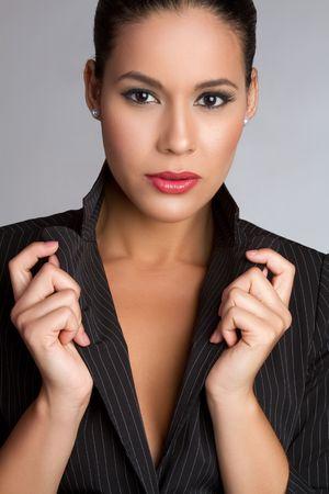 아름 다운 latina 패션 여자 포즈