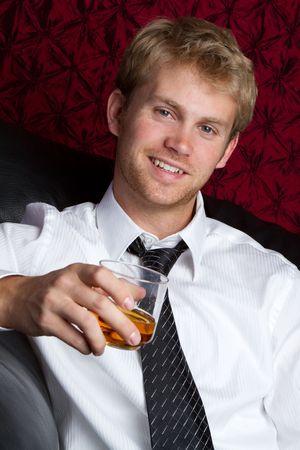 scotch: Jonge man het drinken van alcohol  LANG_EVOIMAGES
