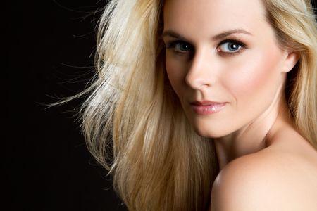 blonde yeux bleus: Femme blonde sur noir