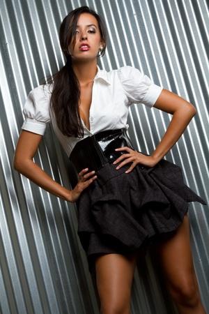 美しい若いラテン ファッション モデル