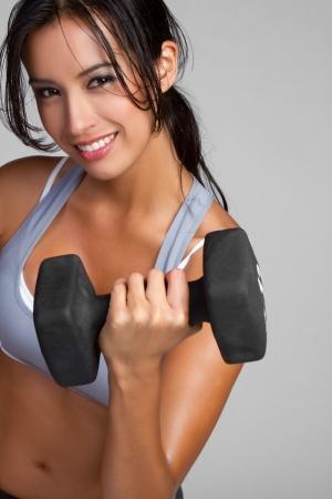 lifting: Lachende fitness vrouw tillen gewichten