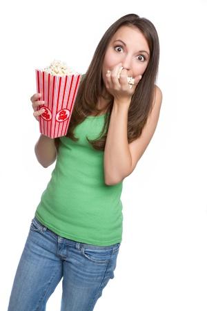 meisje eten: Geïsoleerde tienermeisje eten popcorn