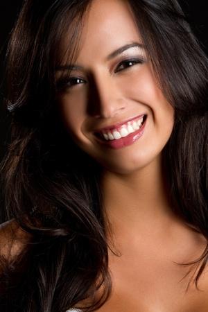 美しい若いラテン女性の笑みを浮かべて