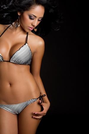 traje de bano: Hermosa mujer de bikini de traje de ba�o de Latina