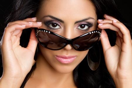 아름 다운 젊은 여자 선글라스를 착용