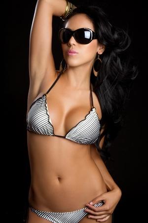수영복을 입은 아름다운 라틴계 여성