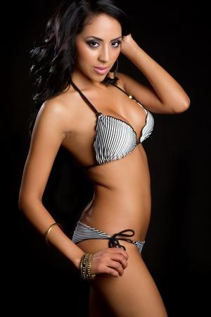 traje de bano: Hermoso bikini de vestir de mujer latina