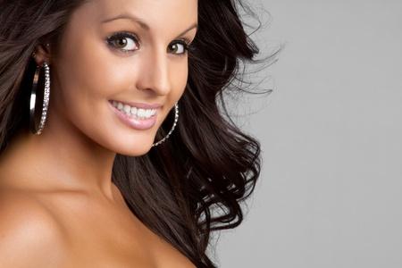 ojos marrones: Hermosa mujer sonriente de ojos marr�n