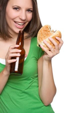 ハンバーガーとビールを食べる女性
