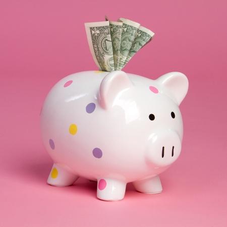 Roze piggy bank aanhouden van geld Stockfoto