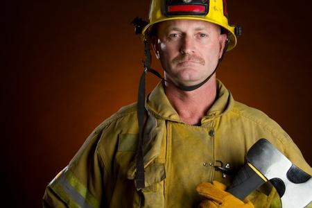 消防士消防士の人持ち株斧