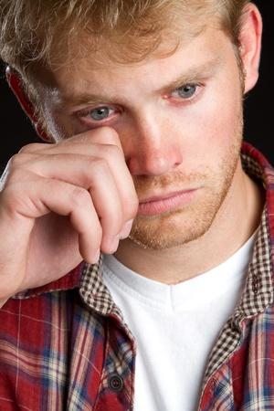 ojos llorando: Emocional joven guapo llorando