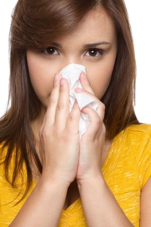 sneezing: Bella ragazza ispanico soffiarsi il naso