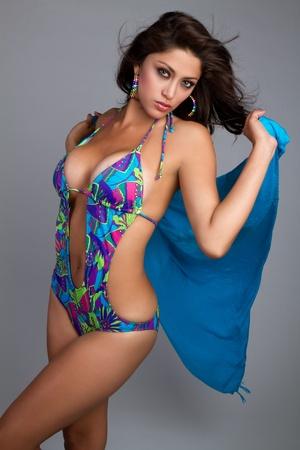 mujer bañandose: Traje de baño mujer la celebración de la bufanda de verano LANG_EVOIMAGES