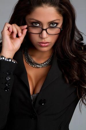 안경을 착용하는 아름 다운 라틴 여자