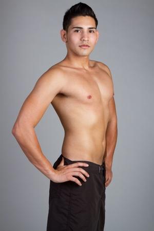 niño sin camisa: Hombre sin camisa llevaba traje de baño