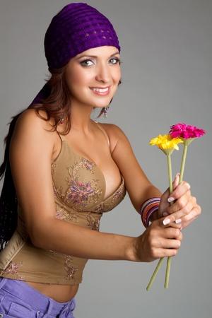 gitana: Hermosa mujer sonriente que sostiene las flores LANG_EVOIMAGES