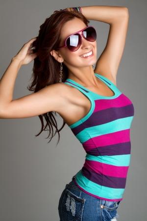 선글라스를 착용하는 아름 다운 미소 여자