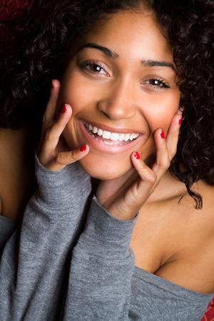 Mooie lachende zwarte vrouw close-up