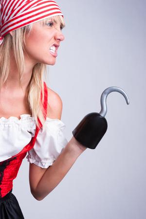 pirata mujer: Mujer vestida como pirata para Halloween