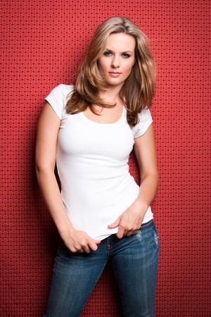 chica sexy: Hermosa mujer rubia en pantalones vaqueros y camiseta blanca