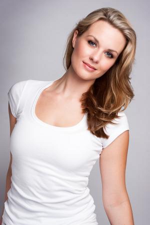 blonde yeux bleus: Femme assez blonde aux yeux bleus Banque d'images