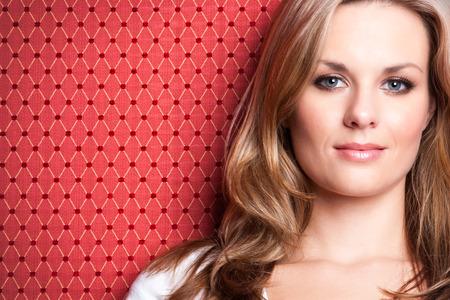 Mooie glimlachende blonde vrouw met blauwe ogen Stockfoto