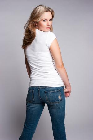 in jeans: Mujer llevaba jeans rubias hermosas y camiseta blanca Foto de archivo