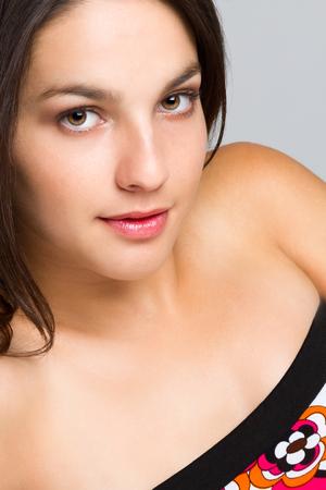 ojos marrones: Cerca de la hermosa mujer joven y sonriente Foto de archivo