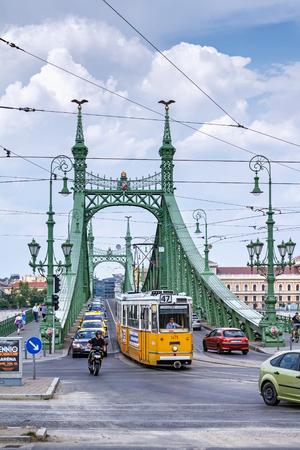 Traffic on the bridge of freedom (Szabadsag hid) over the Danube Redakční