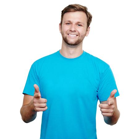 흰색 배경에 대해 두 손으로 카메라를 가리키는 행복 젊은 남자의 초상화
