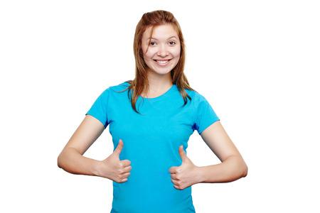 estudante universitário fêmea feliz vestindo t-shirt azul que mostra os polegares para cima com ambas as mãos