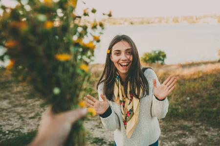 Verrassing voor uw girlfriend..Giving bloemengift. Opgewonden tiener meisje.