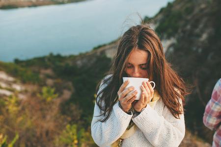 café bebendo do adolescente. Mulher nova bonita no desgaste ocasional com chávena de café quente.