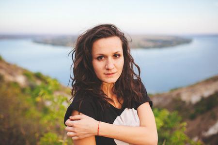Retrato do close up da menina adolescente ao ar livre no fundo do rio.