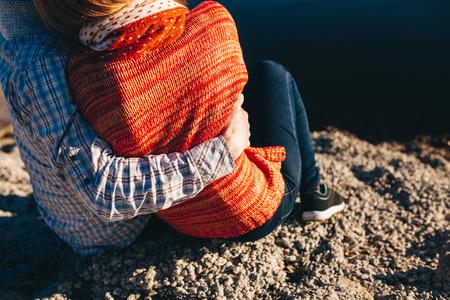 pareja abrazada: Vista trasera cerca de los j�venes par de adolescentes que se abrazan por un r�o.