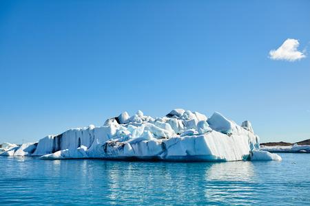 El cambio climático y el calentamiento global. de fusión glaciar en Islandia. Icebergs flotando en la laguna de Jokulsarlon.