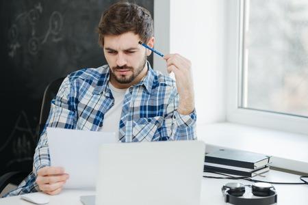 Biznesmen na sobie ubranie pracy, planowania i myślenia koncepcji Zdjęcie Seryjne