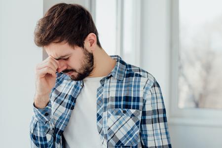 cansancio: Hombre joven que tiene un problema y estar triste. concepto cansancio