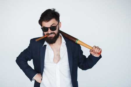 Retrato do homem de barba com raiva isolado no fundo branco. coletor de débito sério e rigoroso