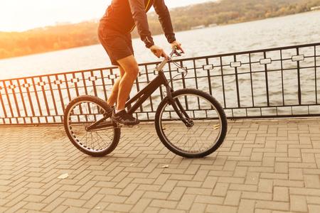 자전거를 타고 에스플러네이드에 타는 사람