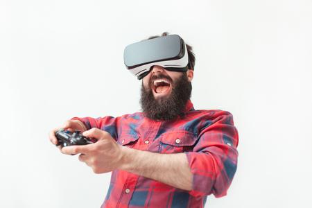 興奮して男の VR ゲームをプレイ