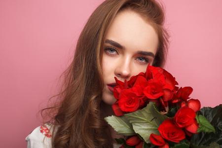 관능적 인 여자가 꽃으로 포즈