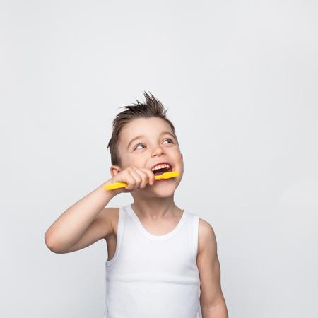 Jong kind zijn tanden poetsen